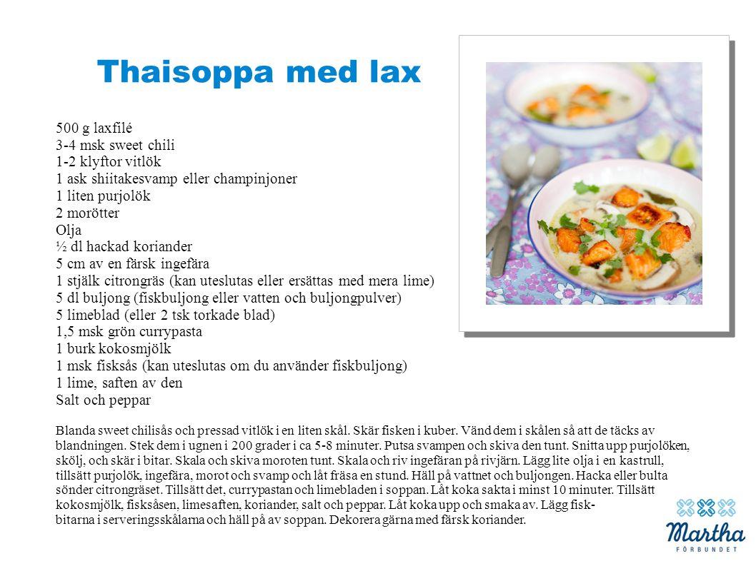 Thaisoppa med lax 500 g laxfilé 3-4 msk sweet chili 1-2 klyftor vitlök 1 ask shiitakesvamp eller champinjoner 1 liten purjolök 2 morötter Olja ½ dl ha