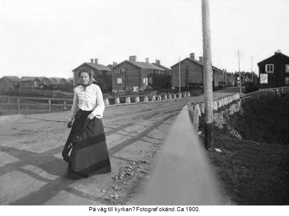 På väg till kyrkan Fotograf okänd. Ca 1900.