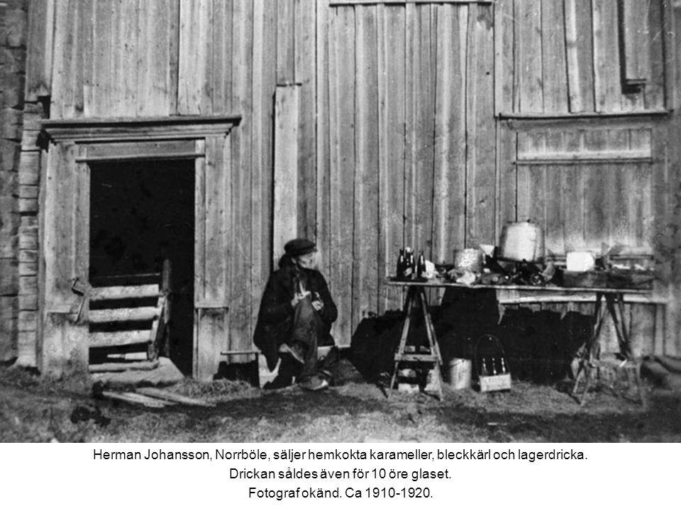 Herman Johansson, Norrböle, säljer hemkokta karameller, bleckkärl och lagerdricka.