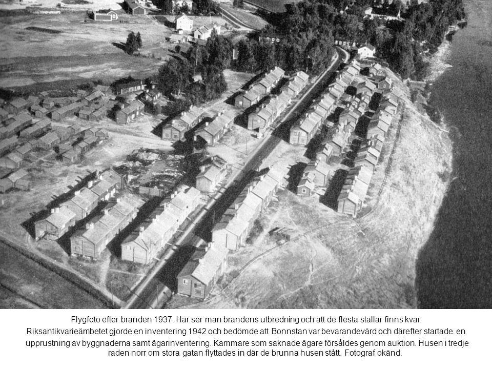 Flygfoto efter branden 1937. Här ser man brandens utbredning och att de flesta stallar finns kvar.