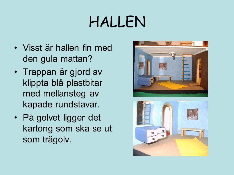 HALLEN Visst är hallen fin med den gula mattan? Trappan är gjord av klippta blå plastbitar med mellansteg av kapade rundstavar. På golvet ligger det k