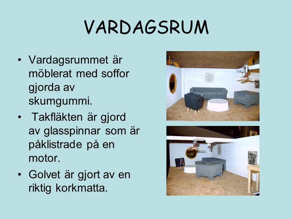 VARDAGSRUM Vardagsrummet är möblerat med soffor gjorda av skumgummi. Takfläkten är gjord av glasspinnar som är påklistrade på en motor. Golvet är gjor