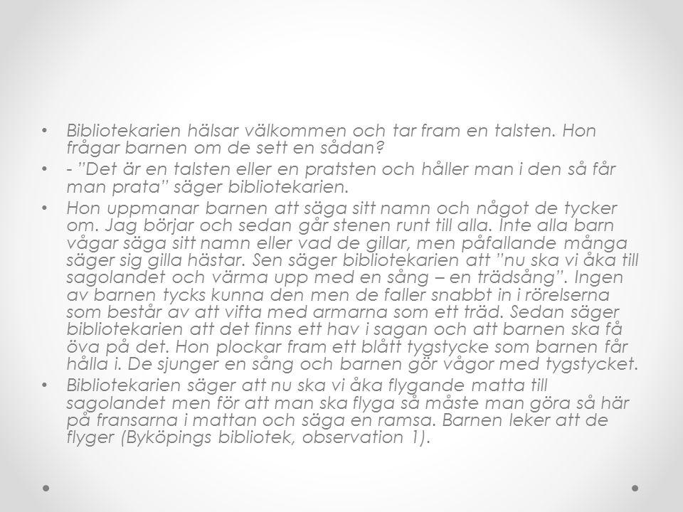 Bibliotekarien börjar läsa upp den första versen i Hellsings bok; Lapprika Papprika.