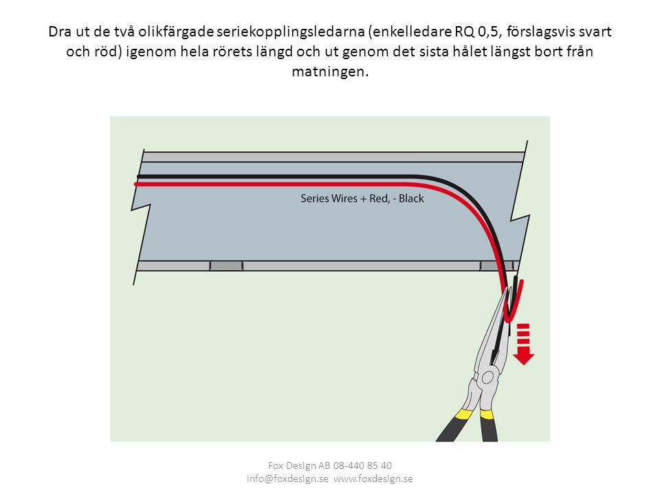 Dra ut de två olikfärgade seriekopplingsledarna (enkelledare RQ 0,5, förslagsvis svart och röd) igenom hela rörets längd och ut genom det sista hålet längst bort från matningen.
