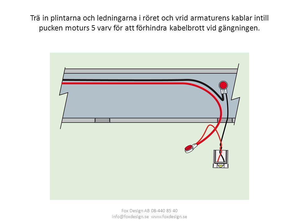 Trä in plintarna och ledningarna i röret och vrid armaturens kablar intill pucken moturs 5 varv för att förhindra kabelbrott vid gängningen.
