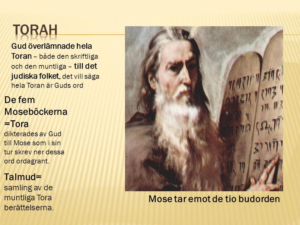 Gud överlämnade hela Toran – både den skriftliga och den muntliga – till det judiska folket, det vill säga hela Toran är Guds ord De fem Moseböckerna =Tora dikterades av Gud till Mose som i sin tur skrev ner dessa ord ordagrant.