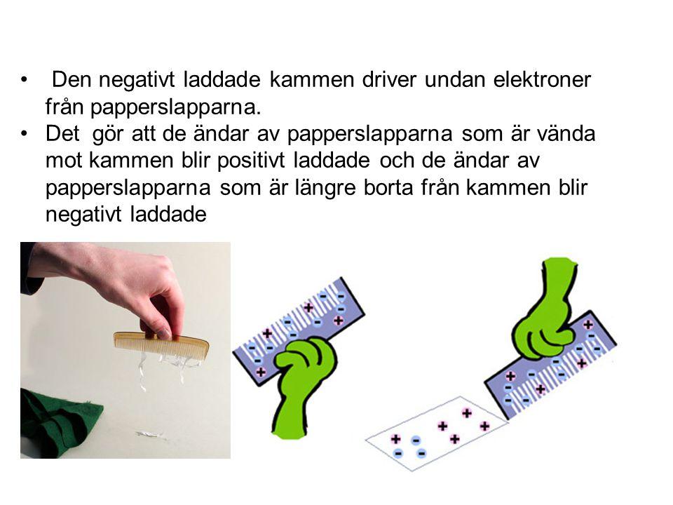 Den negativt laddade kammen driver undan elektroner från papperslapparna.