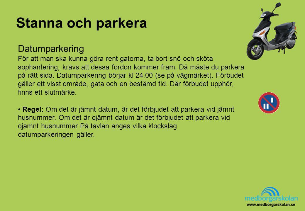 Stanna och parkera Datumparkering För att man ska kunna göra rent gatorna, ta bort snö och sköta sophantering, krävs att dessa fordon kommer fram. Då