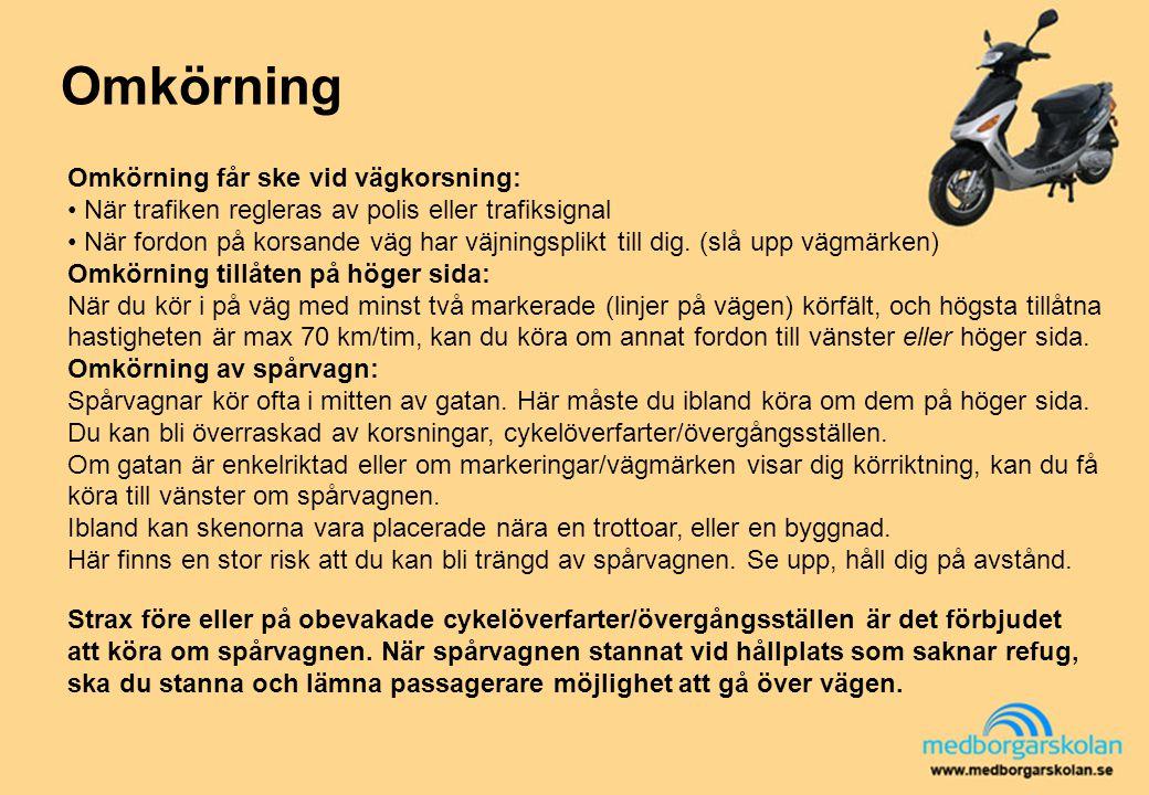 Omkörning Strax före eller på obevakade cykelöverfarter/övergångsställen är det förbjudet att köra om spårvagnen. När spårvagnen stannat vid hållplats