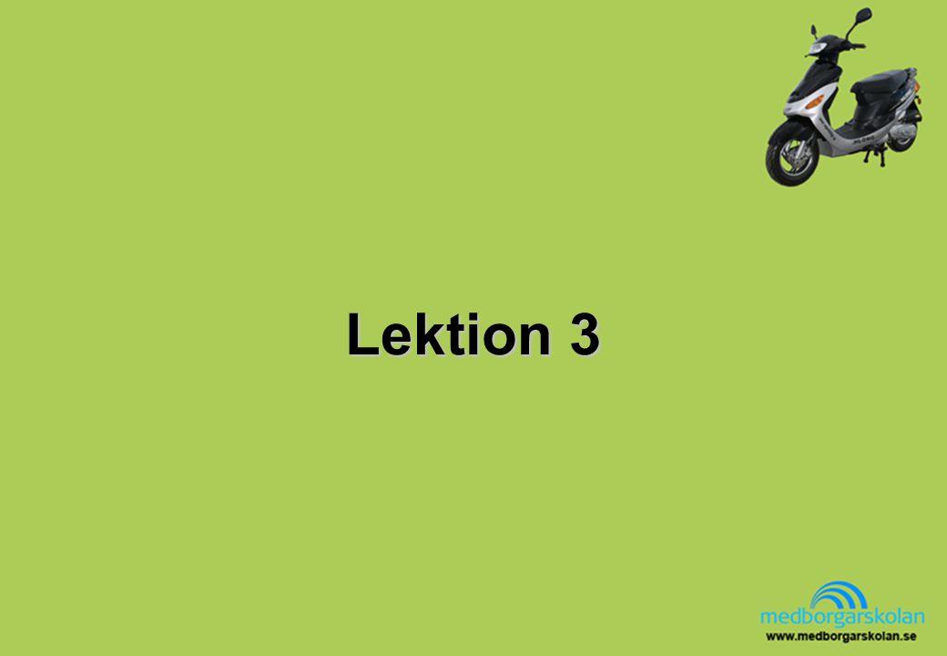 Mopedens placering på vägen Innan du svänger måste du kontrollera trafiken bakom, framför och in på den vägen du ska köra.