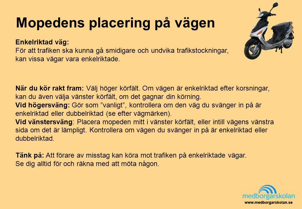 Mopedens placering på vägen Enkelriktad väg: För att trafiken ska kunna gå smidigare och undvika trafikstockningar, kan vissa vägar vara enkelriktade.