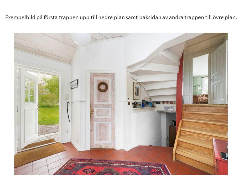 Exempelbild på första trappen upp till nedre plan samt baksidan av andra trappen till övre plan.