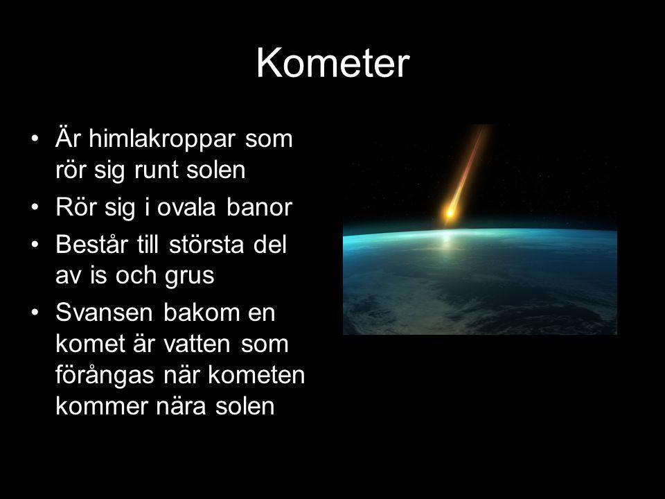 Kometer Är himlakroppar som rör sig runt solen Rör sig i ovala banor Består till största del av is och grus Svansen bakom en komet är vatten som förån
