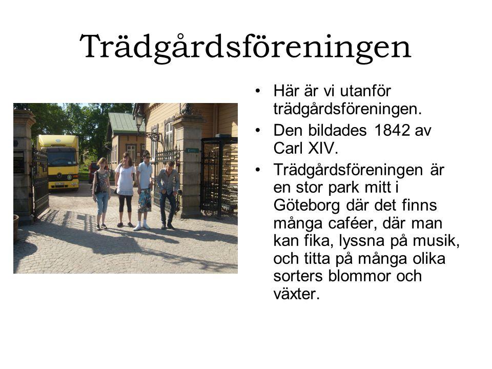 Trädgårdsföreningen Här är vi utanför trädgårdsföreningen.