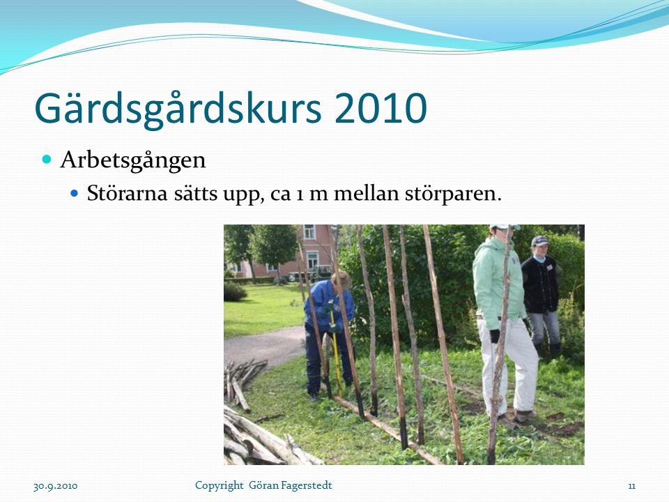 Gärdsgårdskurs 2010 Arbetsgången Störarna sätts upp, ca 1 m mellan störparen. 30.9.201011Copyright Göran Fagerstedt