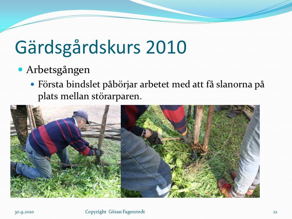 Gärdsgårdskurs 2010 Arbetsgången Första bindslet påbörjar arbetet med att få slanorna på plats mellan störarparen. 30.9.201012Copyright Göran Fagerste