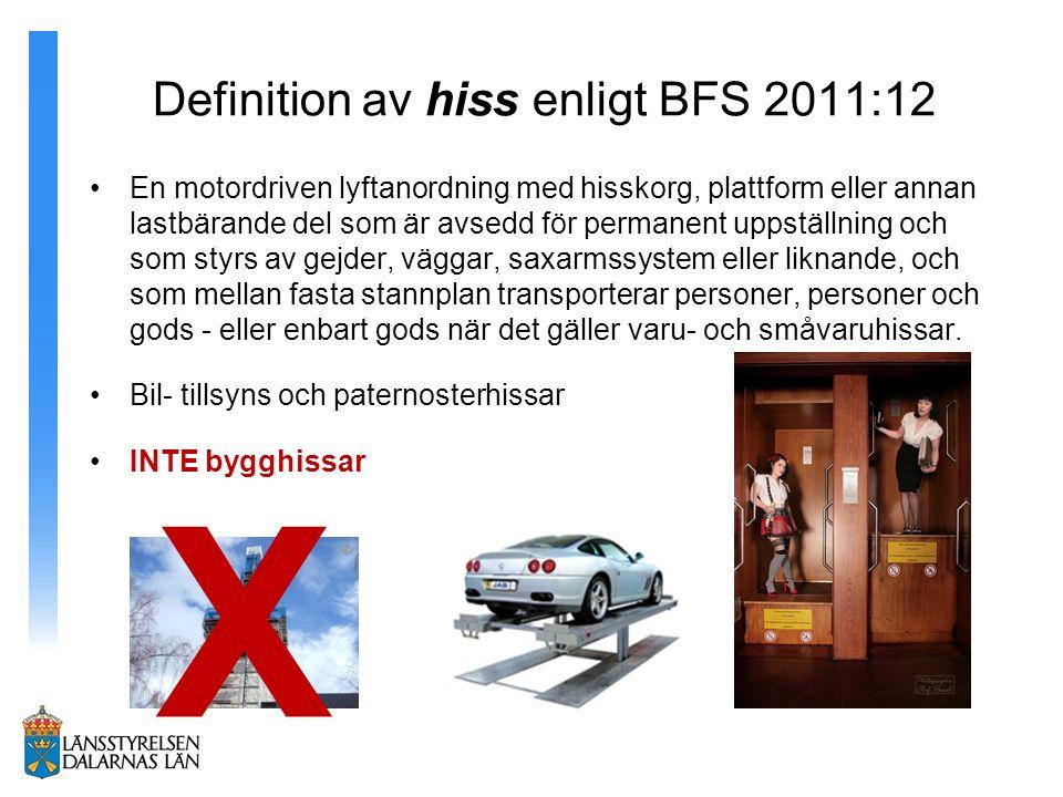 Definition av hiss enligt BFS 2011:12 En motordriven lyftanordning med hisskorg, plattform eller annan lastbärande del som är avsedd för permanent uppställning och som styrs av gejder, väggar, saxarmssystem eller liknande, och som mellan fasta stannplan transporterar personer, personer och gods - eller enbart gods när det gäller varu- och småvaruhissar.