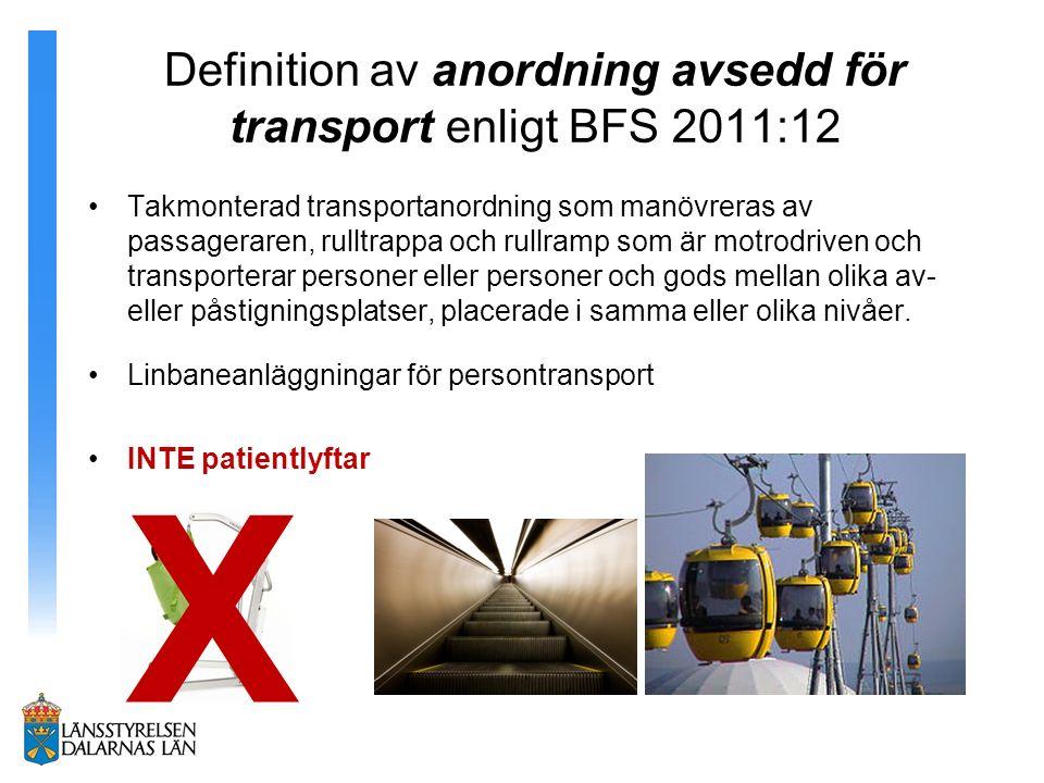Definition av anordning avsedd för transport enligt BFS 2011:12 Takmonterad transportanordning som manövreras av passageraren, rulltrappa och rullramp som är motrodriven och transporterar personer eller personer och gods mellan olika av- eller påstigningsplatser, placerade i samma eller olika nivåer.