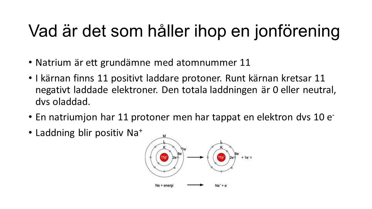 Vad är det som håller ihop en jonförening Natrium är ett grundämne med atomnummer 11 I kärnan finns 11 positivt laddare protoner.