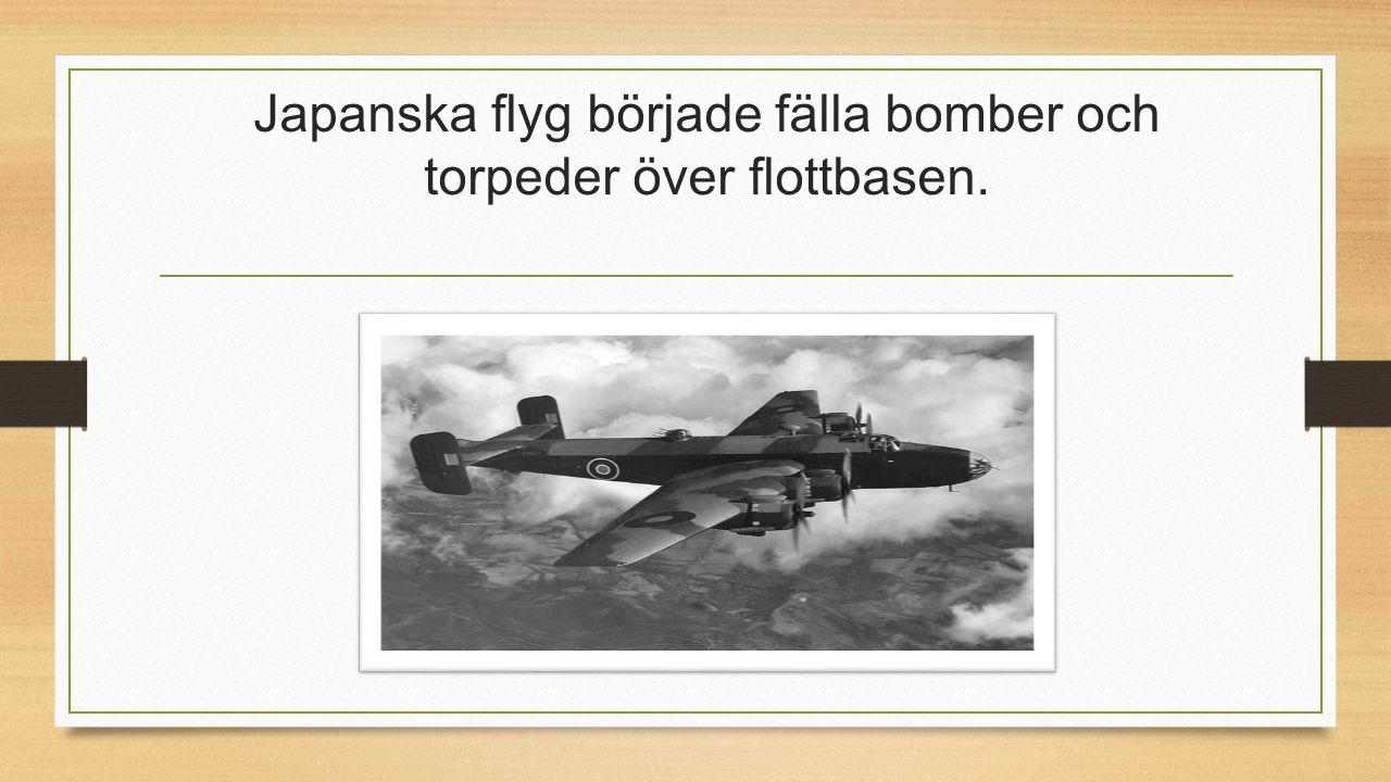 Japanska flyg började fälla bomber och torpeder över flottbasen.