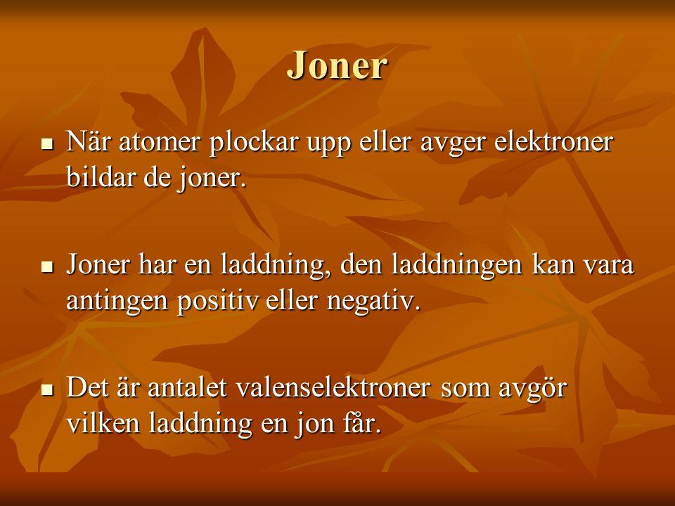 Joner När atomer plockar upp eller avger elektroner bildar de joner.