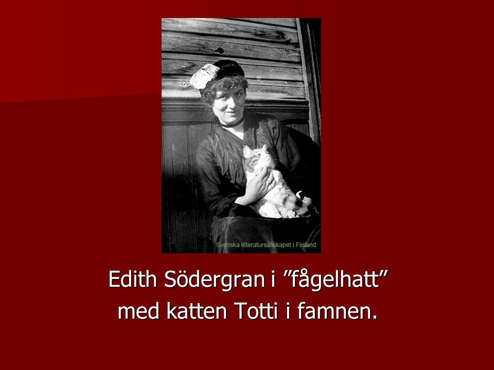 Edith Södergran i fågelhatt med katten Totti i famnen.