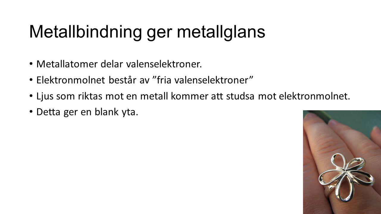 """Metallbindning ger metallglans Metallatomer delar valenselektroner. Elektronmolnet består av """"fria valenselektroner"""" Ljus som riktas mot en metall kom"""