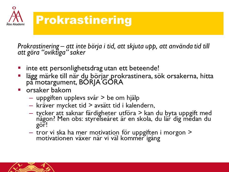 Prokrastinering Prokrastinering – att inte börja i tid, att skjuta upp, att använda tid till att göra oviktiga saker  inte ett personlighetsdrag utan ett beteende.