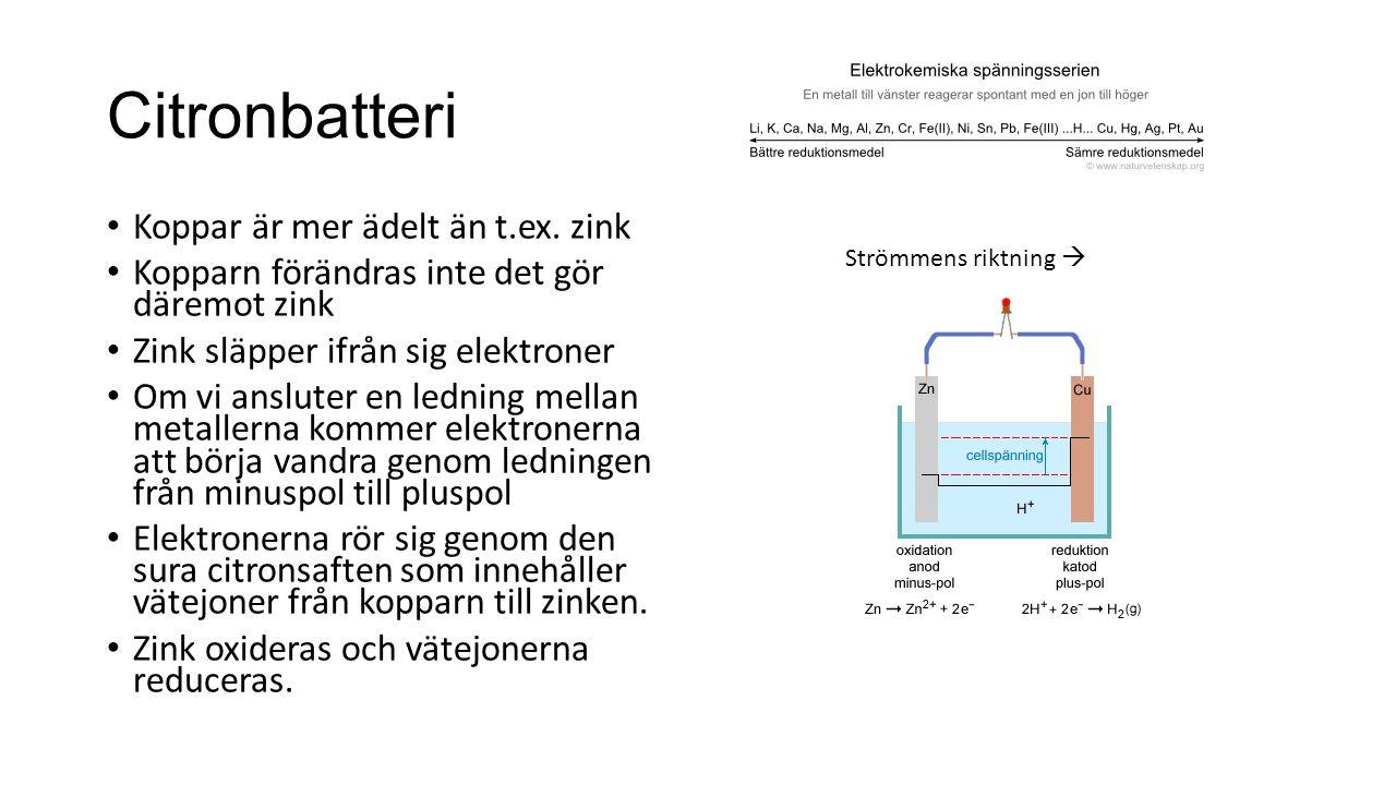 Citronbatteri Koppar är mer ädelt än t.ex. zink Kopparn förändras inte det gör däremot zink Zink släpper ifrån sig elektroner Om vi ansluter en lednin