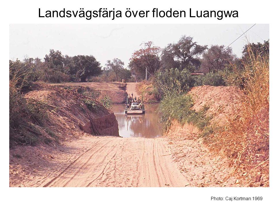Landsvägsfärja över floden Luangwa Photo: Caj Kortman 1969