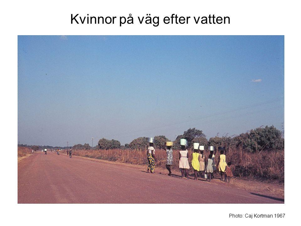 Kvinnor på väg efter vatten Photo: Caj Kortman 1967