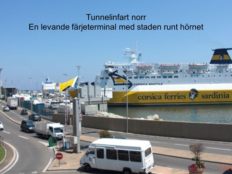 Tunnelinfart norr En levande färjeterminal med staden runt hörnet