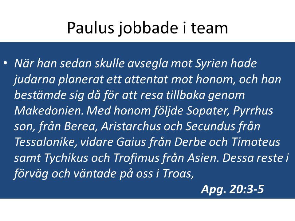 Paulus jobbade i team När han sedan skulle avsegla mot Syrien hade judarna planerat ett attentat mot honom, och han bestämde sig då för att resa tillbaka genom Makedonien.
