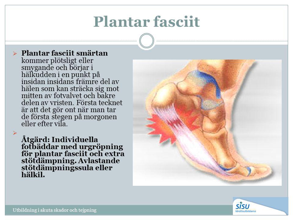 Plantar fasciit  Plantar fasciit smärtan kommer plötsligt eller smygande och börjar i hälkudden i en punkt på insidan insidans främre del av hälen som kan sträcka sig mot mitten av fotvalvet och bakre delen av vristen.