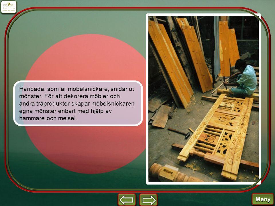 Haripada, som är möbelsnickare, snidar ut mönster. För att dekorera möbler och andra träprodukter skapar möbelsnickaren egna mönster enbart med hjälp