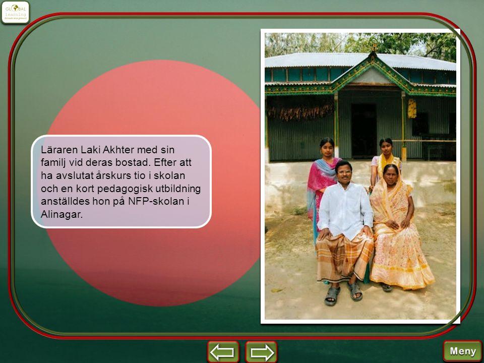 Läraren Laki Akhter med sin familj vid deras bostad. Efter att ha avslutat årskurs tio i skolan och en kort pedagogisk utbildning anställdes hon på NF