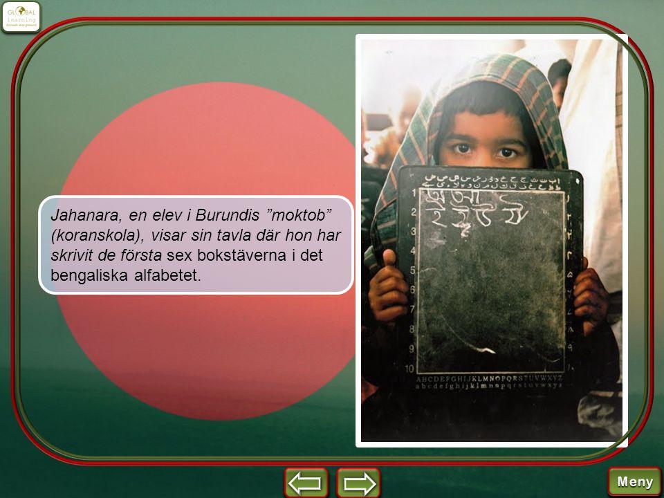 """Jahanara, en elev i Burundis """"moktob"""" (koranskola), visar sin tavla där hon har skrivit de första sex bokstäverna i det bengaliska alfabetet."""