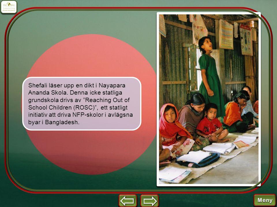 """Shefali läser upp en dikt i Nayapara Ananda Skola. Denna icke statliga grundskola drivs av """"Reaching Out of School Children (ROSC)"""", ett statligt init"""