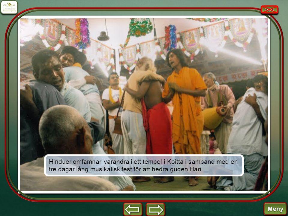Hinduer omfamnar varandra i ett tempel i Koitta i samband med en tre dagar lång musikalisk fest för att hedra guden Hari.