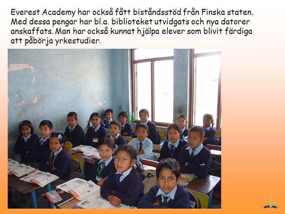 Everest Academy har också fått biståndsstöd från Finska staten. Med dessa pengar har bl.a. biblioteket utvidgats och nya datorer anskaffats. Man har o