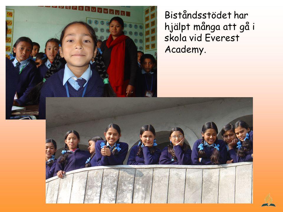 Biståndsstödet har hjälpt många att gå i skola vid Everest Academy.