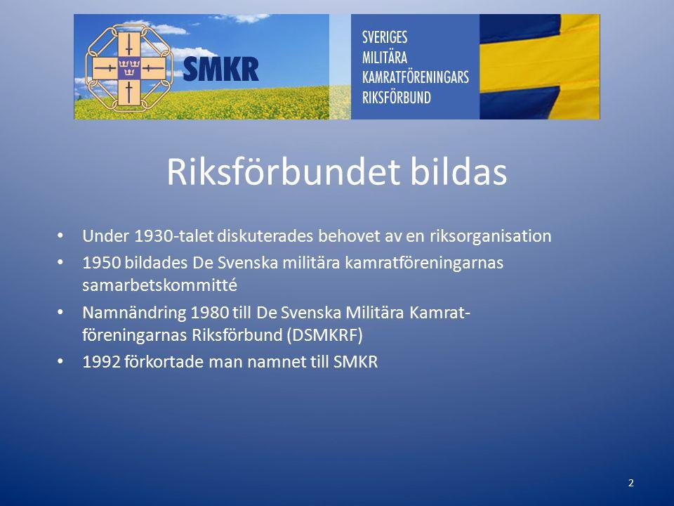 Riksförbundet bildas Under 1930-talet diskuterades behovet av en riksorganisation 1950 bildades De Svenska militära kamratföreningarnas samarbetskommitté Namnändring 1980 till De Svenska Militära Kamrat- föreningarnas Riksförbund (DSMKRF) 1992 förkortade man namnet till SMKR 2