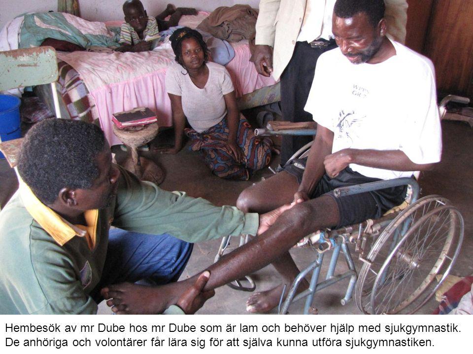 Hembesök av mr Dube hos mr Dube som är lam och behöver hjälp med sjukgymnastik.