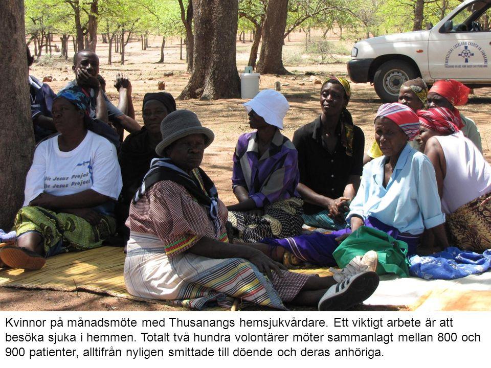 Kvinnor på månadsmöte med Thusanangs hemsjukvårdare.