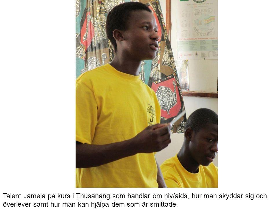 Talent Jamela på kurs i Thusanang som handlar om hiv/aids, hur man skyddar sig och överlever samt hur man kan hjälpa dem som är smittade.