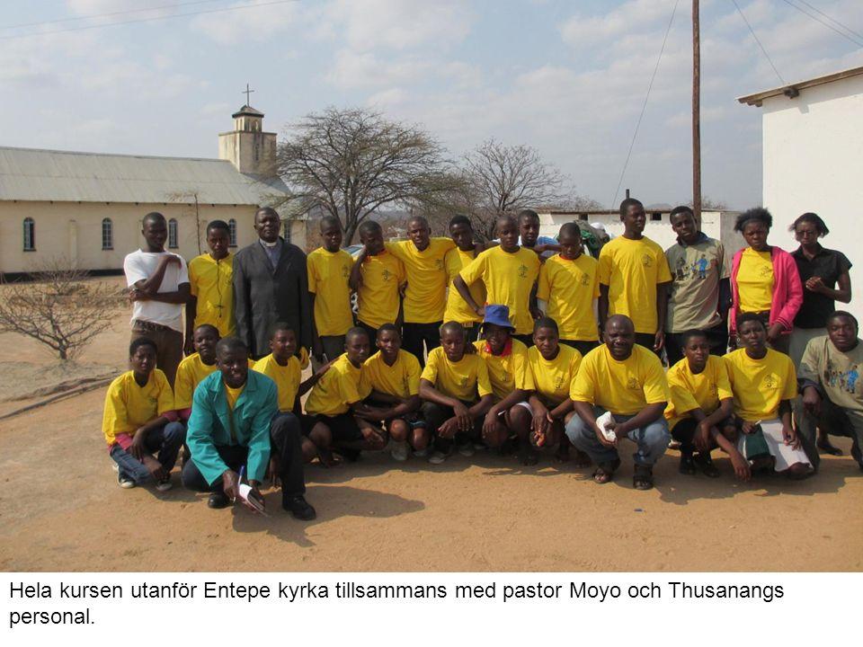 Hela kursen utanför Entepe kyrka tillsammans med pastor Moyo och Thusanangs personal.