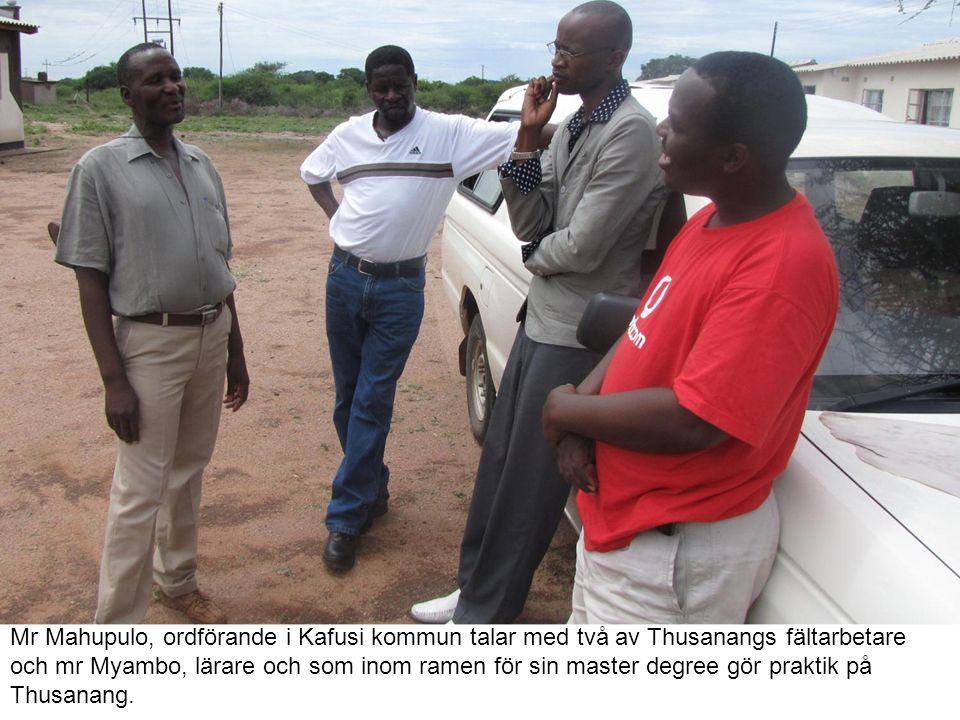 Mr Mahupulo, ordförande i Kafusi kommun talar med två av Thusanangs fältarbetare och mr Myambo, lärare och som inom ramen för sin master degree gör praktik på Thusanang.