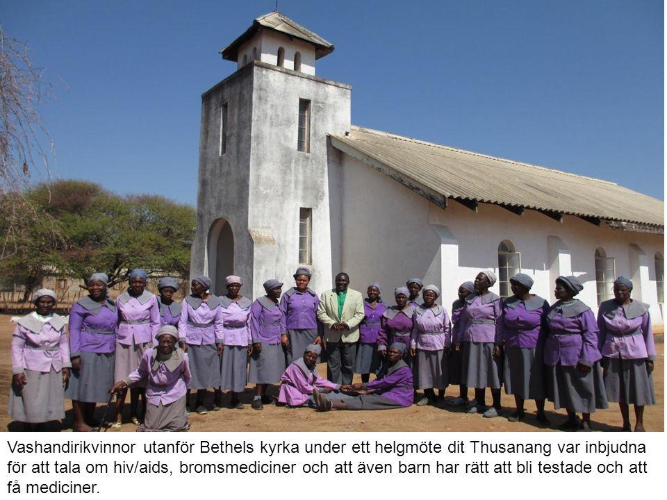 Vashandirikvinnor utanför Bethels kyrka under ett helgmöte dit Thusanang var inbjudna för att tala om hiv/aids, bromsmediciner och att även barn har rätt att bli testade och att få mediciner.