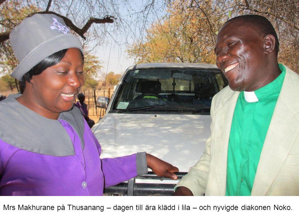 Mrs Makhurane på Thusanang – dagen till ära klädd i lila – och nyvigde diakonen Noko.