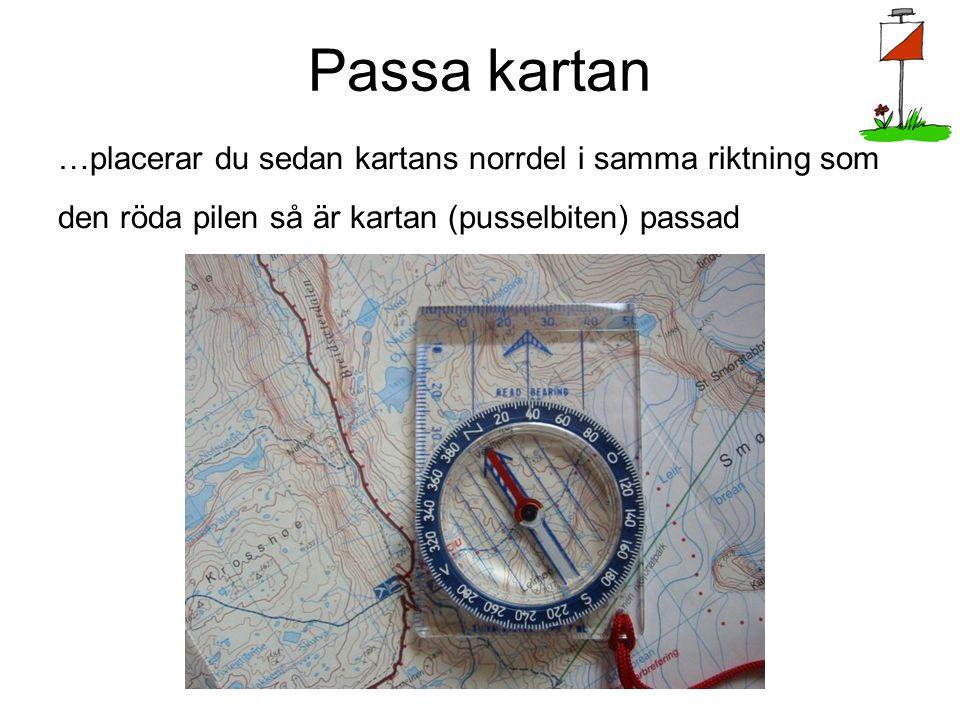 Passa kartan …placerar du sedan kartans norrdel i samma riktning som den röda pilen så är kartan (pusselbiten) passad